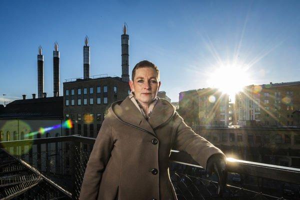 Porträtt på av person i motljus taget av Fredrik Schlyter fotograf